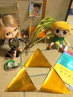 金の折り紙で三角を作ったよ