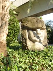 顔の描いてある岩