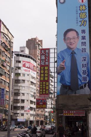 政治家の広告がでかでかと貼ってあるのは普段からみたいなんだけど、今は特に